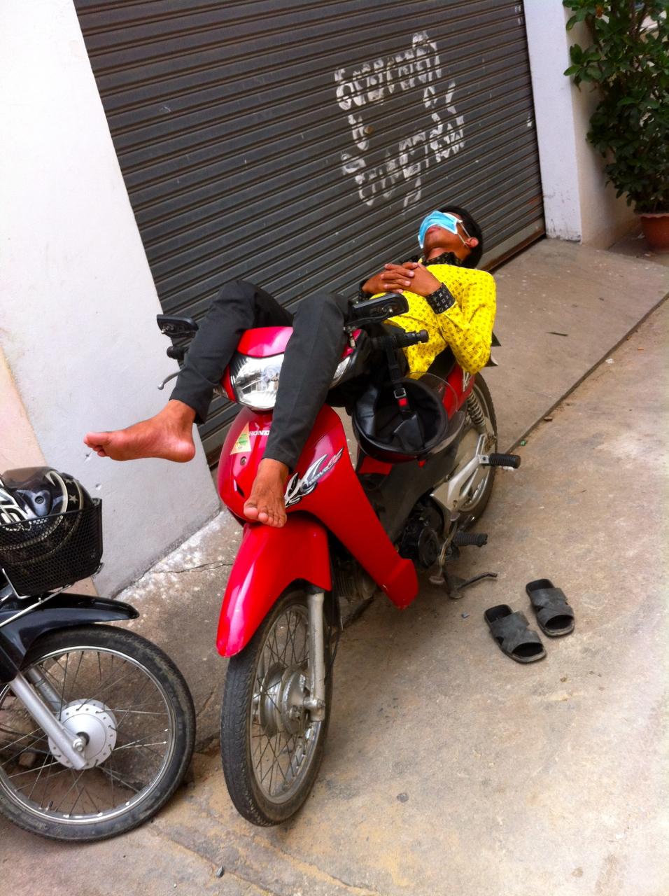 Another precariously sleeping Moto Dop